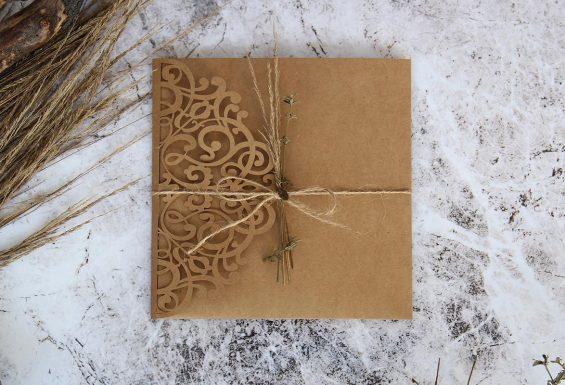 Convite de Casamento em papel kraft, idealizado e produzido pela Ideia Genial, especialista em convites de casamento personalizados e datas especiais.