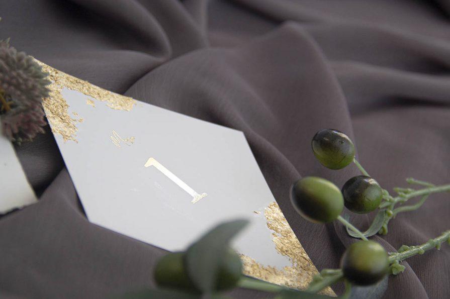 Marcador de Mesa para Casamento, idealizado e produzido pela Ideia Genial, especialista em convites de casamento personalizados e datas especiais.