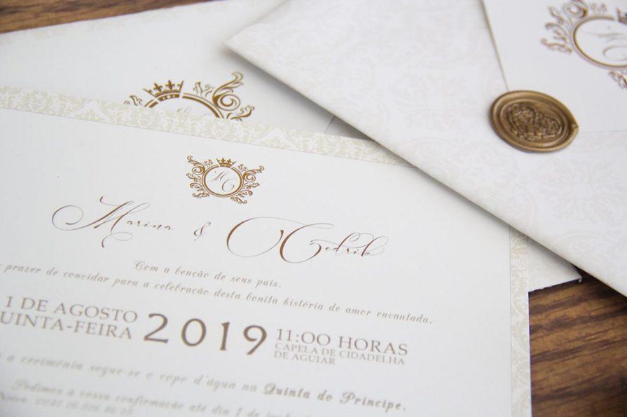 A imagem apresenta o pormenor do cartão do convite de casamento aproximado revelando a sua elegância.