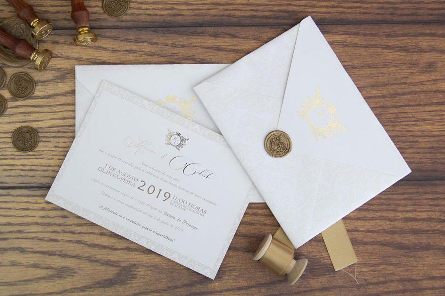 A imagem apresenta o envelope do convite de casamento fechado e o cartão ao lado.