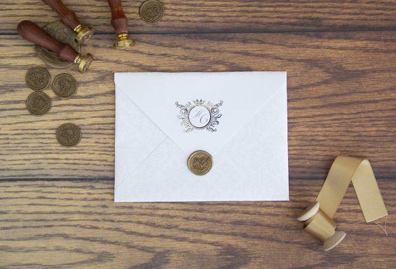 A imagem apresenta o convite de casamento fechado