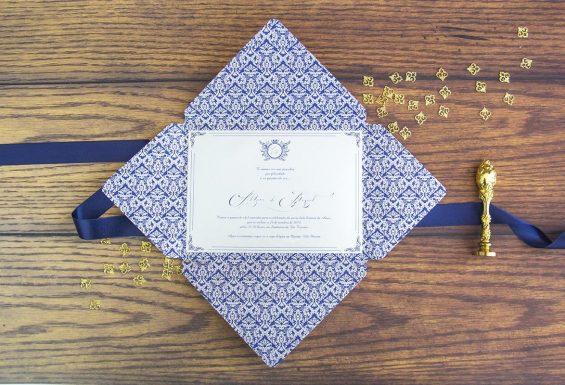 A imagem mostra o envelope aberto revelando a informação interior do convite em contraste do azul marinho.