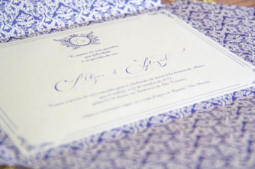 A imagem mostra o pormenor do convite de casamento no interior.
