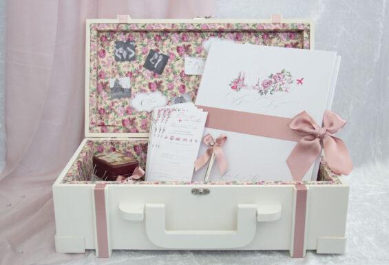 Mala de viagens decorada, idealizado e produzido pela Ideia Genial, especialista em convites de casamento personalizados e datas especiais.